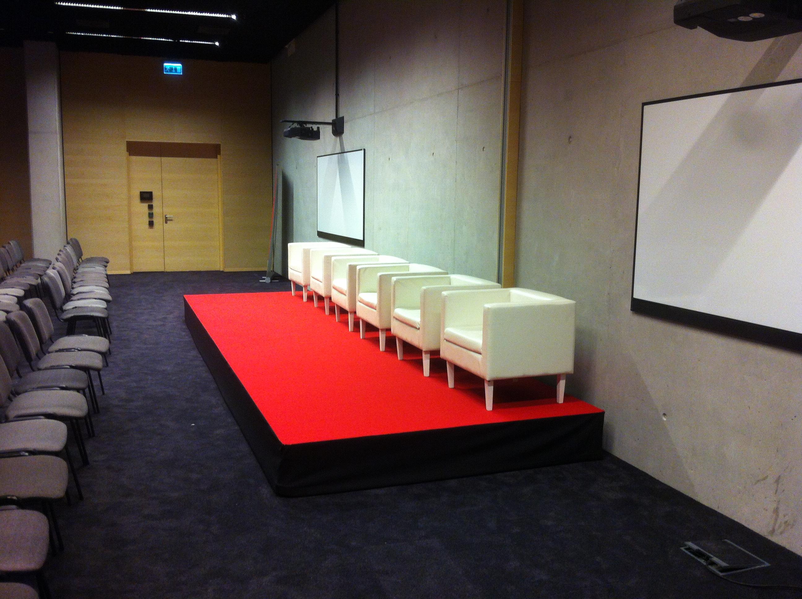 wypozyczalnia-podestow-scenicznych-na-konferencje